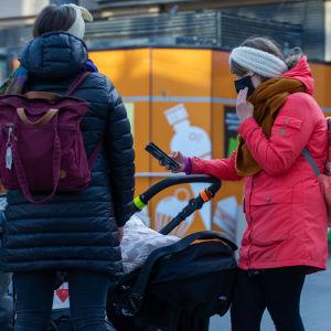 Matkustajat Helsingin päärautatieaseman laiturilla. 2.3.2021.