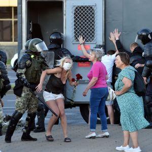 Demonstranter i Minsk omhändertas av kravallpolis.