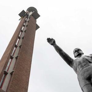 Patsas seisoi Amsterdamin olympiastadionin ulkopuolella vuoden 1928 kesäolympialaisista lähtien.