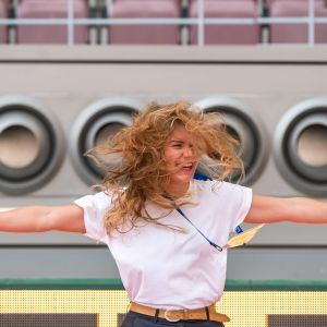 Kvinna står framför luftkoniditoneringsapparat på stadion i Doha.
