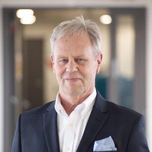 Porträtt av Göran Djupsund där han tittar in i kameran.