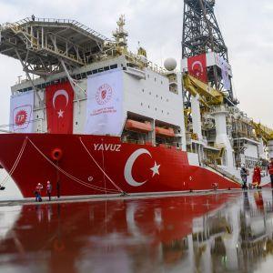 Det turkiska gasborrningsfartyget Yavuz den 20 juni, i en hamn utanför Istanbul då det var på väg mot Cypern.