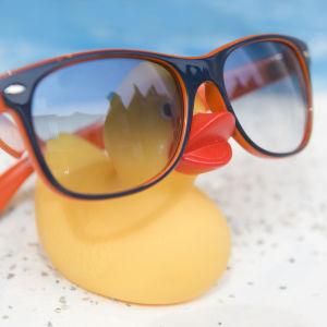 En badanka med stora glasögon framför en simbassäng.
