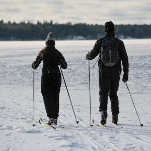 Ulkoilijat jäällä Helsingissä. 17.2.2021.
