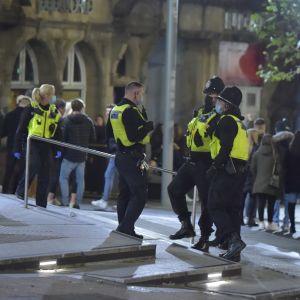Poliser i Newcastle är ute och övervakar att pubbesökarna beger sig hemåt klockan 22 den 4 november.