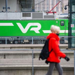 Tågresenär på Helsingfors järnvägsstation 25.3.3021.