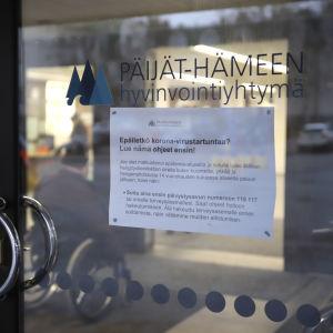 Lapp med anvisningar om coronaviruset på en sjukhusdörr i Lahtis i Päijänne-Tavastland..