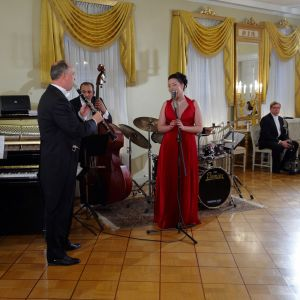 Antti Sarpila Swing Band med solisten Johanna Iivanainen uppträder på slottet 2009.