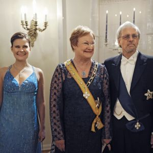 Presidentens dotter Anna Halonen, president Tarja Halonen och Pentti Arajärvi på slottet 2010.