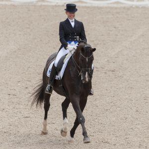 Mikaela Lindh rider i en dressyrtävling.