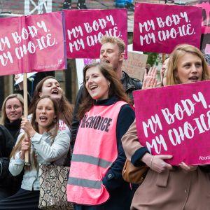 Mielenosoittajat vaativat aborttilakien höllentämistä Pohjois-Irlannissa parlamenttitalon edustalla Lontoossa toukokuussa 2019.