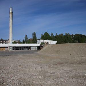 Vanhan lämpölaitos entisellä terveyskeskuksen tontilla Sysmässä. Paikalle on tarkoitus rakentaa uusi koulu.