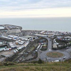 Långtradare väntar 22.12.2020 i Dover Marina i Kent i sydöstra England på att ta sig över Engelska kanalen.