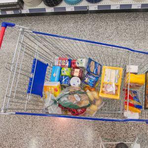 K-market Tammisto, ruokaa ostoskärryssä..
