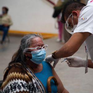 En kvinna i Mexiko vaccineras