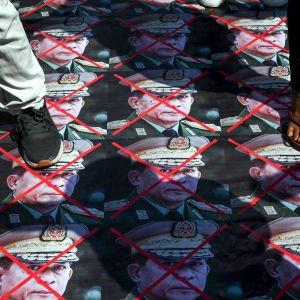 Demonstranter trampar på bilder av militärregimen i Myanmar