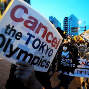 Tokion olympiakisojen vastustajia protestoimassa.