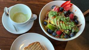 Vegansk mat, kaffekopp och måltid