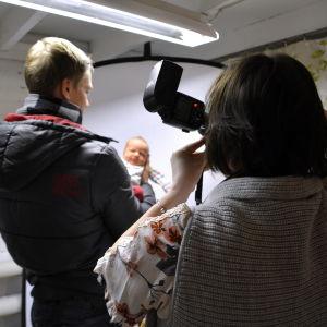 Kvinna fotograferar bebis