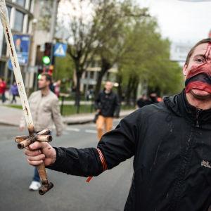Proryska demonstranter gick till attack mot Kievvänliga demonstranter i Donetsk i östra Ukraina.
