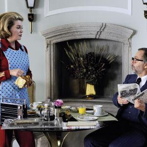Catherine Deneuve ja Fabrice Luchini elokuvassa Edustusvaimo