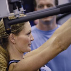 Nainen kuntosalilla, treenit, personal trainer