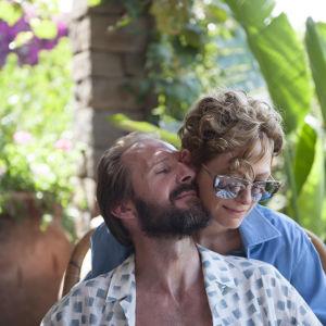 Ralph Fiennes och Tilda Swinton kind mot kind i öm omfamning