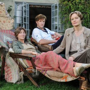 Vanessa Bell (Eve Best), Duncan Grant (Rupert Penry-Jones) ja Virginia Woolf (Catherine McCormack) sarjassa Bloomsburyn ryhmä - elämä ja rakkaus
