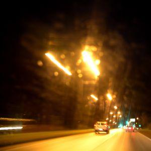 Bilar på en landsväg på natten
