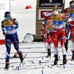 Norska åkare vid starten av damernas skiathlontävling i VM i Seefeld.