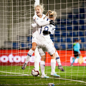 Kaisa Collin och Linda Sällström firar ett mål.