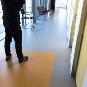 En korridor med dörr till en läkares mottagning.