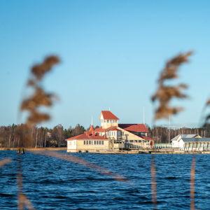 En restaurang byggd på pålar ovanom vattnet.