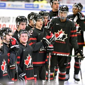 Kanadensiska spelare står på rad.