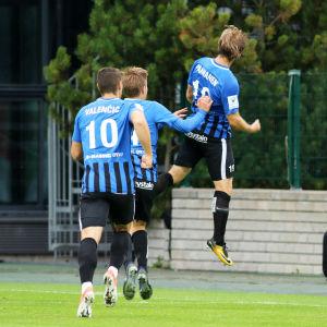 Aleksi Paananen hoppar upp i luften när han firar ett mål med lagkamrater.