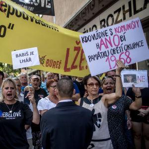 Demonstranter protesterar mot Tjeckiens premiärminister Andrej  Babiš under 50-årsdagen av den sovjetledda invasionen av Tjeckoslovakien.