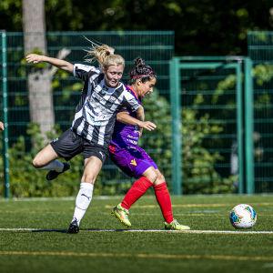 Jenni Rannus kämpar om bollen mot Rosa Osorio.