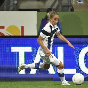 Linda Sällström med bollen mot Skottland.