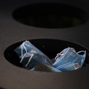 Kulosaaren yhteiskoulun käytävän roskiksessa oli kasvomaskeja 19. helmikuuta.