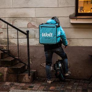 Woltbud i Helsingfors på väg in till en restaurang för att hämta mat att leverera.