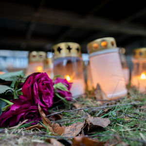 Ruusuja ja kynttilöitä Koskelan murhapaikalla.