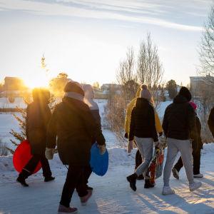 Nokian Kankaantaan Tredun Valma-luokan oppilaita ulkoilemassa