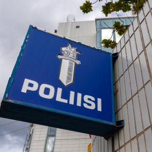 Polisskylt som hänger på polishuset i Tammerfors.