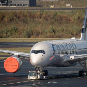 Finnairin lentokonetta siirretään Helsinki-Vantaan lentoasemalla