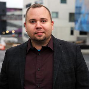 Sairaanhoitaja Jukka Paavilainen Mikkelin keskussairaalan edustalla.
