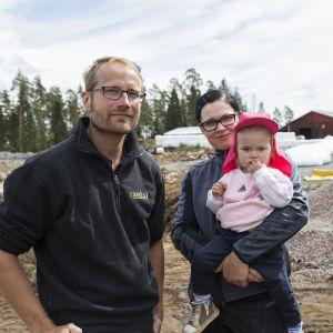 Janne, kirs ja Viola Mäkeläinen