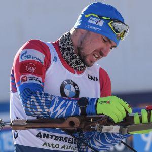 Aleksandr Loginov pysslar med sitt vapen.