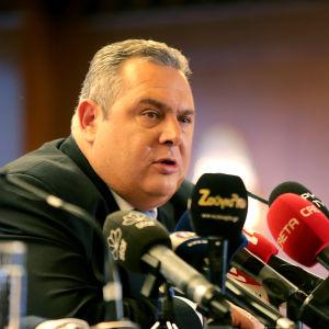 Greklands försvarsminister Kammenos på en presskonferens.