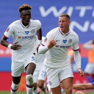 Ross Barkley jublar efter sitt mål mot Leicester.