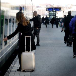 Människor på en tågperrong.